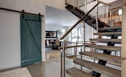 Enfer Design a réalisé un escalier à limon central en acier vernis, ainsi qu'un rail de porte coulissante pour cette résidence contemporaine de Québec.