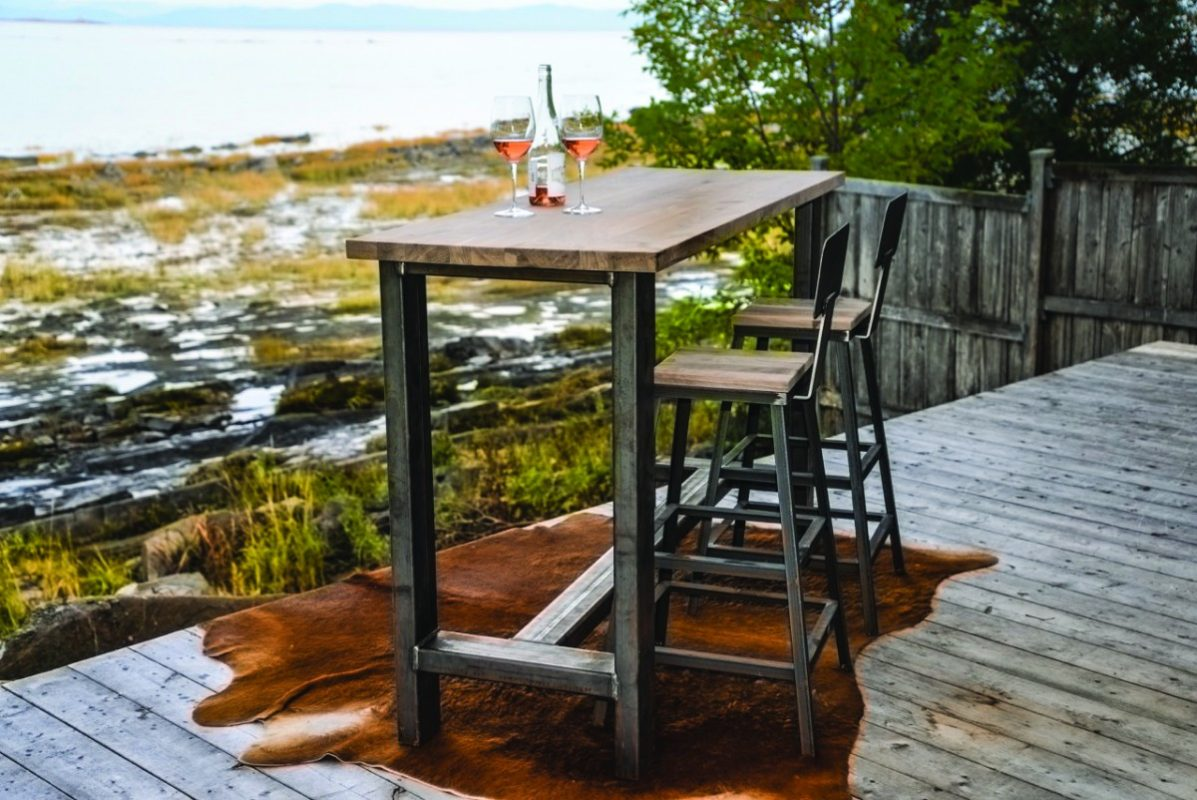 Comptoir et bancs en acier vernis avec du noyer. Enfer Design, fabricant d'éléments sur mesure.